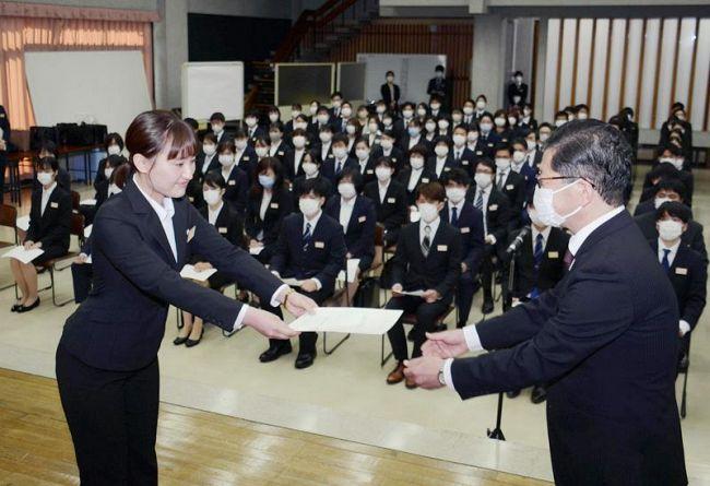新規採用職員に辞令を交付する浜田知事(高知県庁)