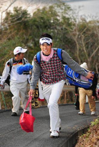 高校時代、ゴルフ部の練習でキャディーバッグを担ぎコースを回る松山英樹選手(2009年2月2日、須崎市のスカイベイゴルフクラブ)