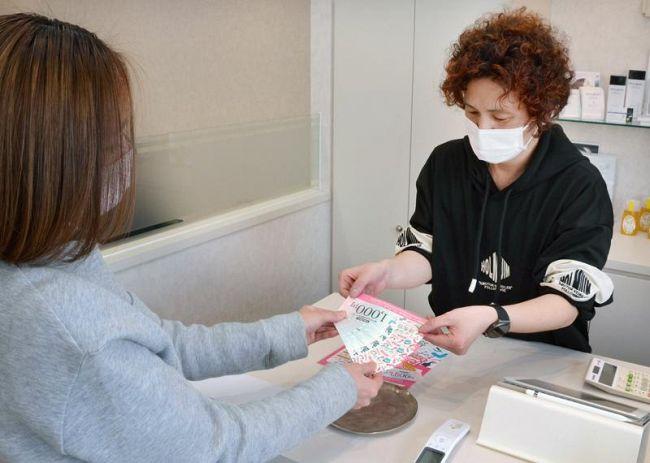 人気を集めた「GoTo理美容」。高知市内の美容室では、早速クーポンを利用した客も(同市北本町2丁目)