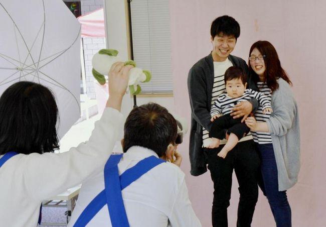 親子60組が参加した記念新聞撮影会(高知市の高知新聞住宅総合展示場「LIM」)