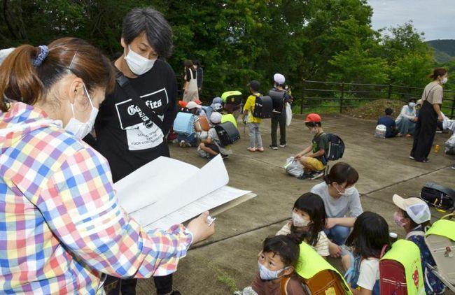 教員が名簿を確認して、児童を保護者に引き渡した訓練(黒潮町浮鞭)