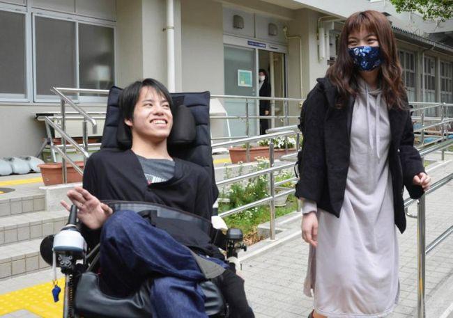 防災の研究者を目指す渋谷友哉さん=左(高知市の高知大朝倉キャンパス、撮影時のみマスク不着用)