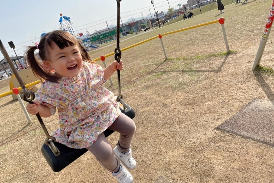 「キャハハハハ!」。大好きな弥右衛門公園で晴れ晴れ笑顔