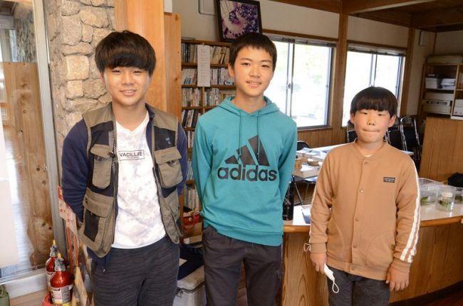「ジンデ池生物研究所」を立ち上げた植村優人さん(中央)と中沢陸君(右)、前田蛍太さん(左)=須崎市安和の須崎地区森林組合
