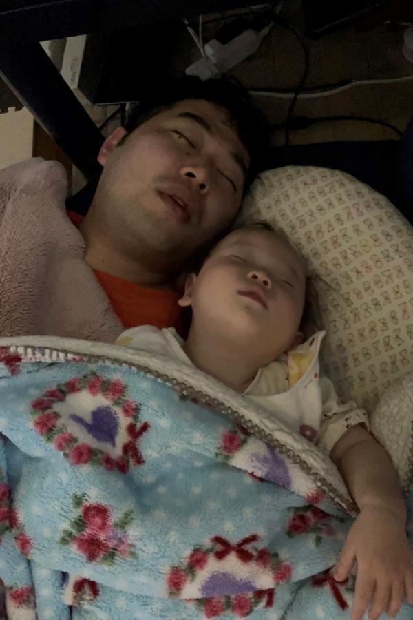 同じ顔で熟睡中。パパ、夢の中でも隣にいてね…