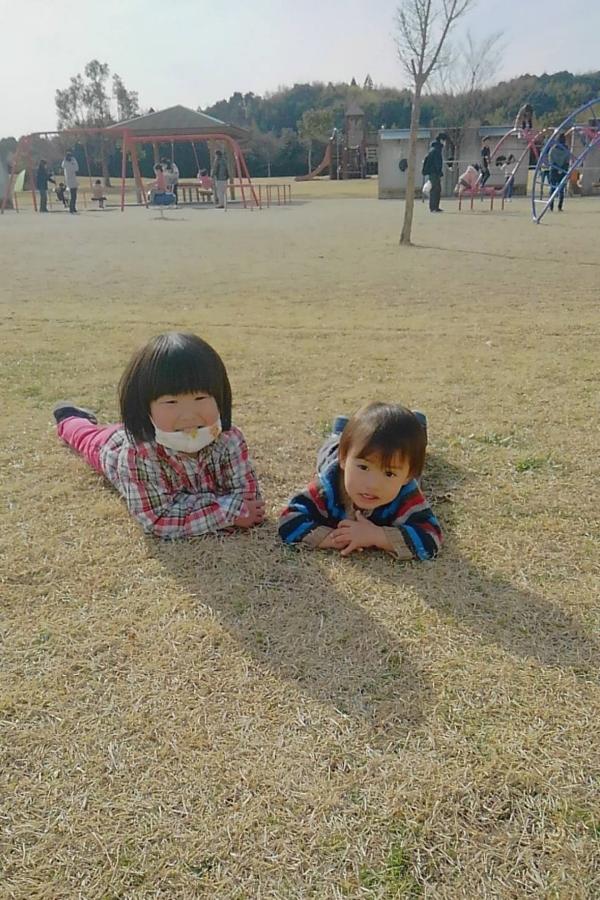 芝生にゴロン。公園を満喫中です