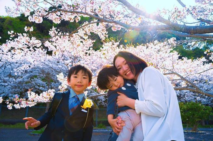 卒園式終わりに桜の下で。すてきな思い出が増えました