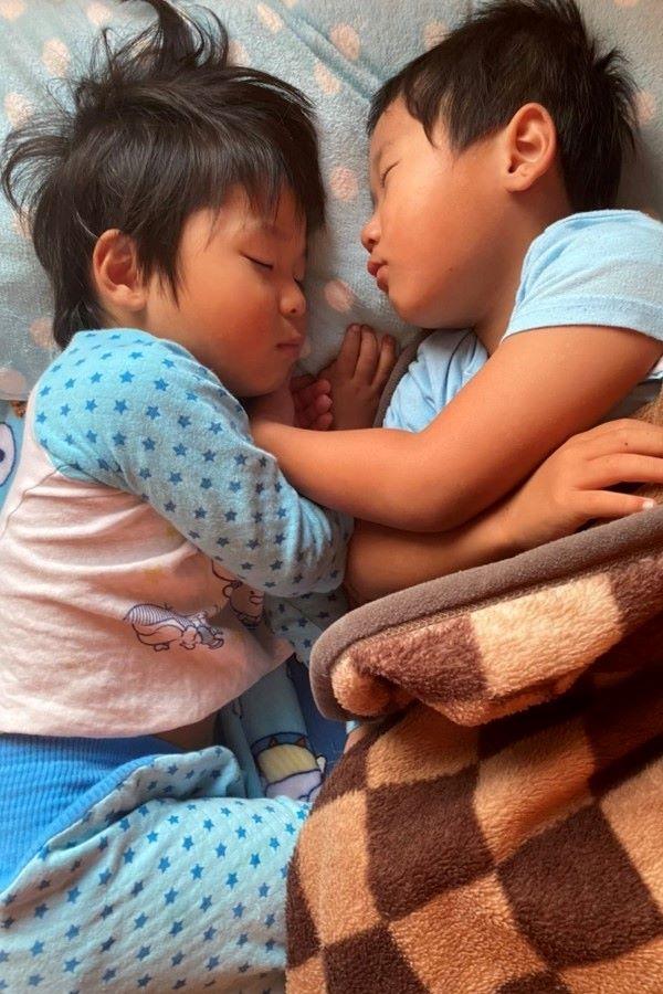 う~ん、むにゃむにゃ…。眠る時だって、手を取り合って支えます