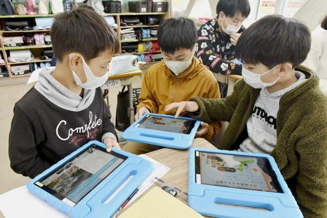 サカワークを使って調べ学習をする児童たち(佐川町乙の佐川小学校)