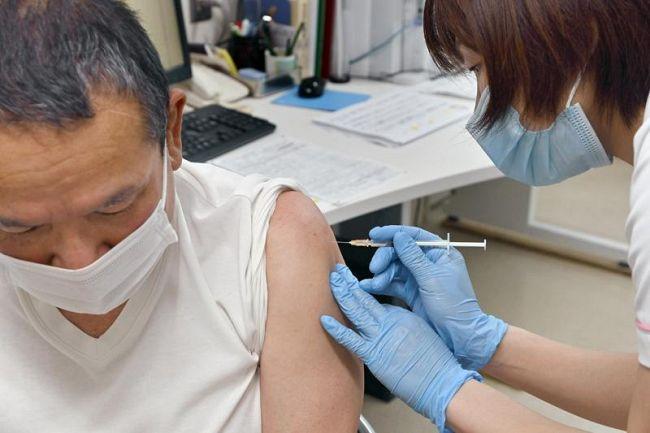 高知市内の医療機関で6日から始まった高齢者向けのワクチン接種(同市愛宕町1丁目の愛宕病院)