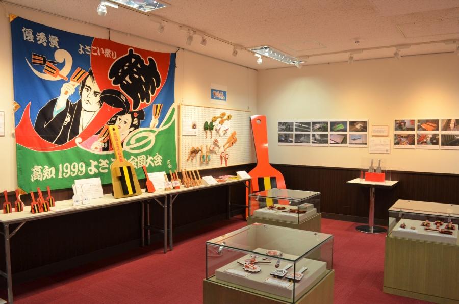 展示は館内奥の多目的ホールで行われています