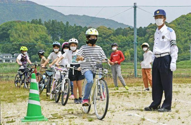 ヘルメットを着用し安全な自転車の乗り方を学ぶ児童ら(土佐市の波介小)