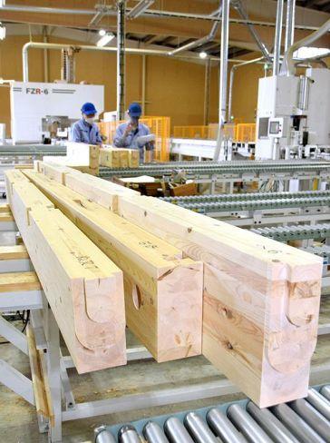 木造住宅部材を加工するプレカット工場。輸入材の入手が難しくなり、木材の需給が逼迫している(高知市仁井田)