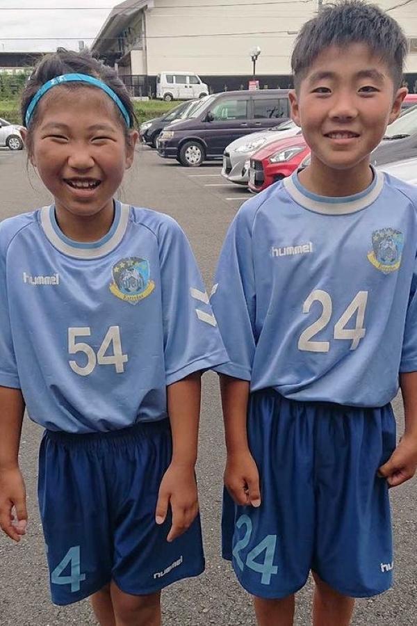 サッカー少女とサッカー少年。気を付けのポーズもかわいらしいです