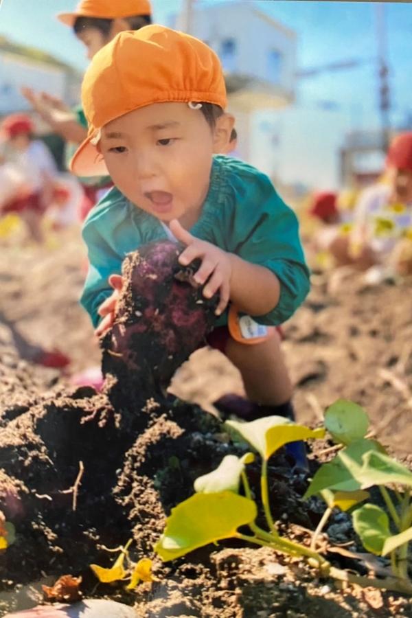 「と、採れた~!」。晴れの日の芋掘り、がんばったよ!