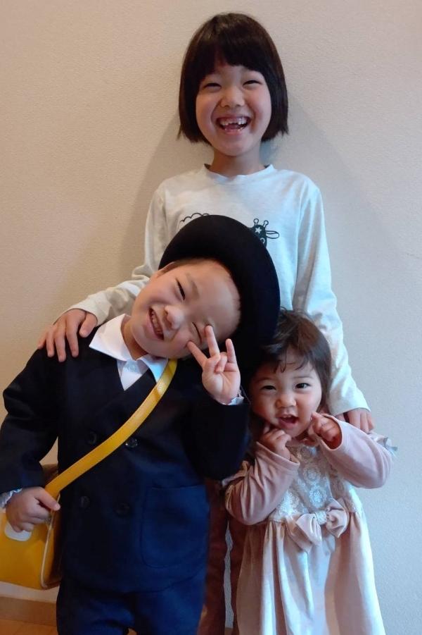 きょうだい3人でパシャリ! お姉ちゃんらしく、背中に手をまわしています