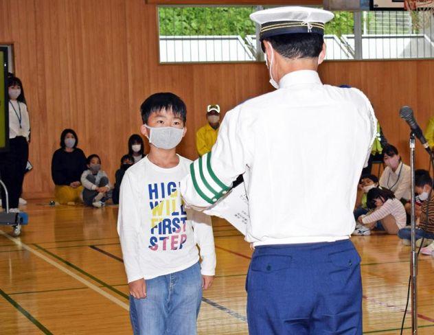 モデル隊員の委嘱状を手渡される児童(高知市の横浜小)
