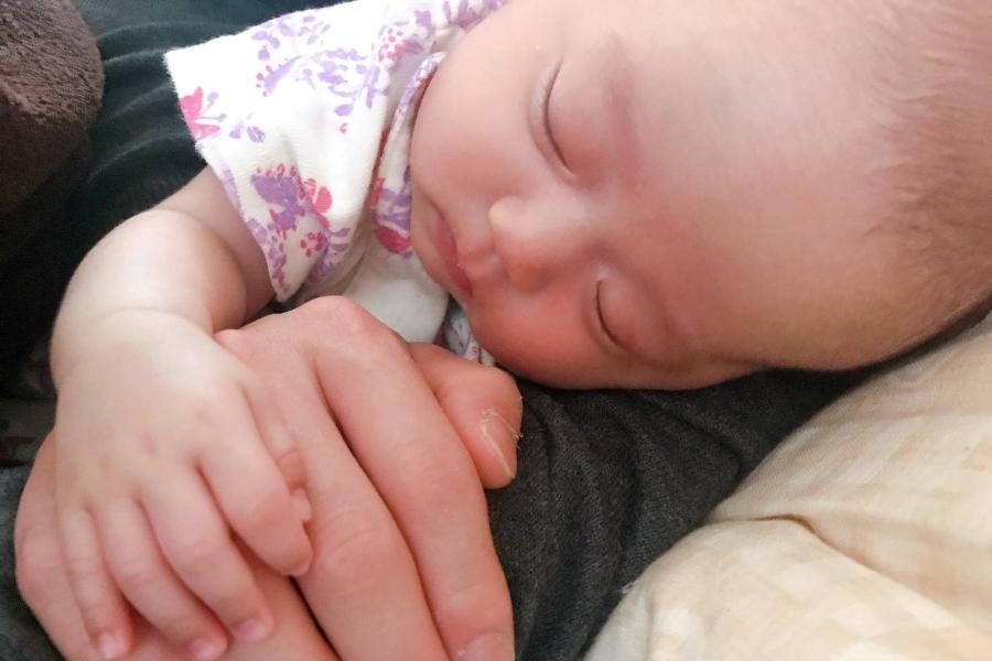 パパの腕の中でスヤスヤ…。重なった手が愛おしい…