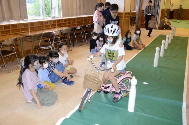 オンラインで自転車運転を競う児童(中土佐町の中土佐地区人権啓発センター)