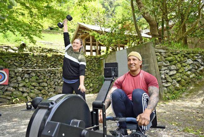 「体を動かす大切さ、楽しさを伝えたい」とトレーニングするバイオレットさん(左)とカルロさん=写真はいずれも大豊町東土居