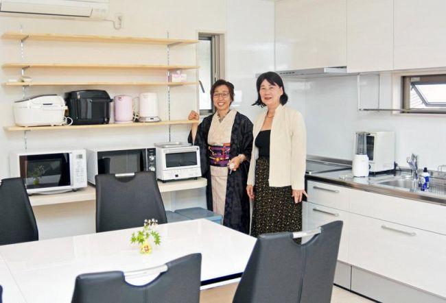 キッチンなどの共有スペースと4世帯用の個室を備えるシェアハウス(高知市内)