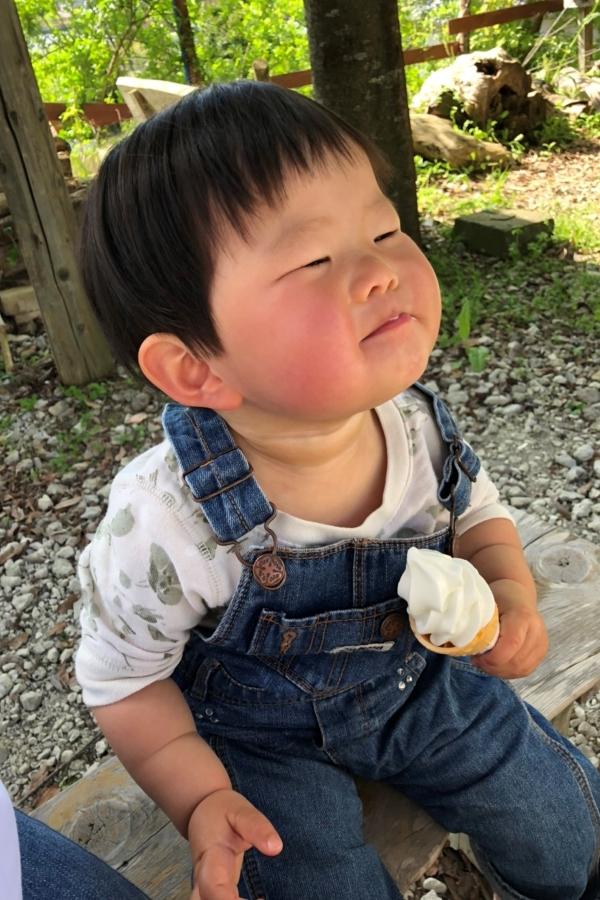 はじめてのソフトクリーム。表情で完璧な食レポ。「はじめての〇〇部門」グランプリ作品です