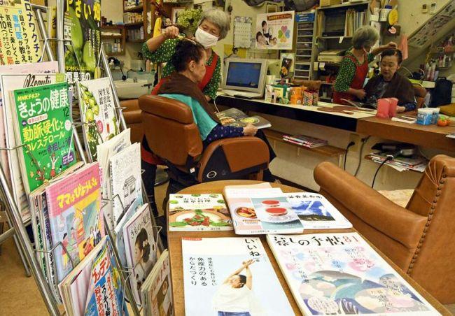 女性向けの雑誌などがずらりと並ぶ「ようこ美容室」。カット中、料理本を手に世間話が弾む(香美市香北町美良布)