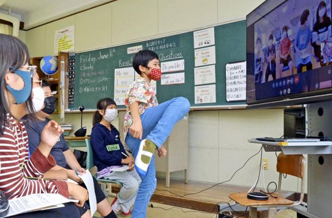 テコンドーの動きを見せながら自己紹介する児童(香南市吉川町吉原の吉川小学校)