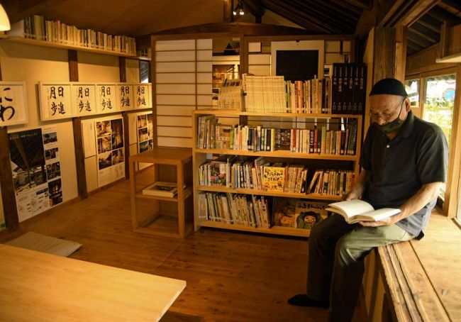 約100冊が並ぶギャラリー「樹下の舎」。木のぬくもりにあふれた〝図書館〟だ(香美市土佐山田町東本町5丁目)