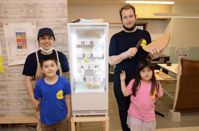 「街のチーズ屋さんになりたい」と意気込む山崎文加さんとロリス・トリンベールさん家族