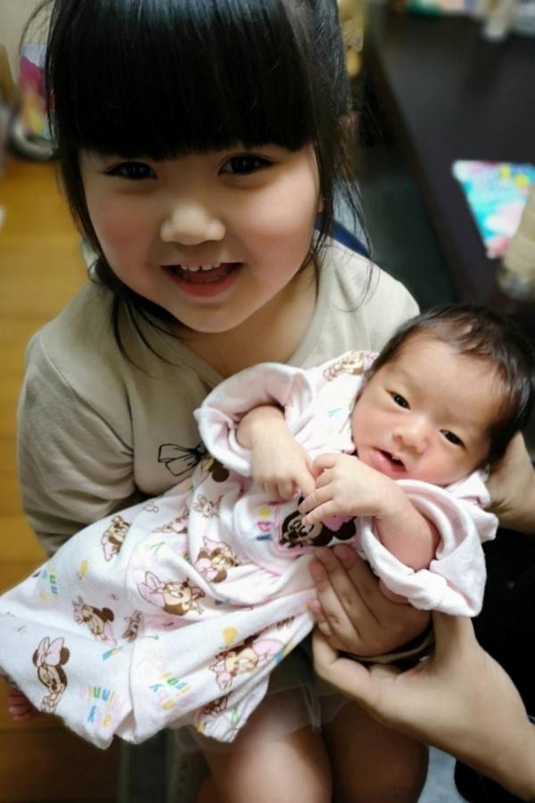 はじめての抱っこ。優しいお姉ちゃんに抱っこされて、幸せ者だ~