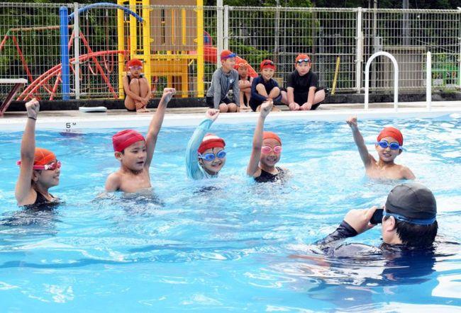 プールで応援動画を撮影する児童ら(高知市の土佐山学舎)