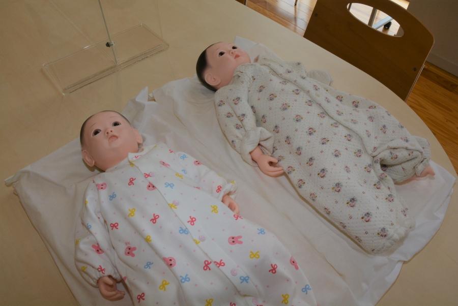 新生児サイズの人形。男の子と女の子がいます