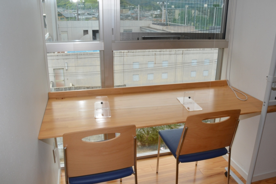 窓からは小津高校が見えます