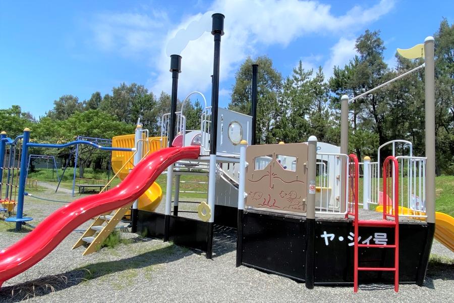 津波避難タワー西側の子ども広場には遊具があります
