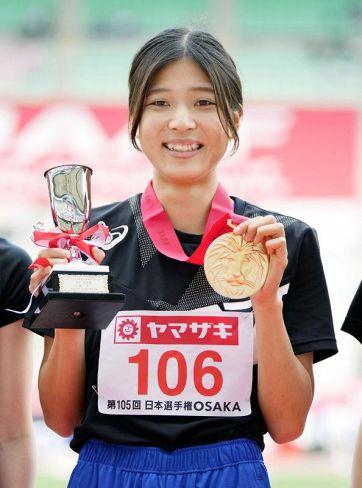 陸上日本選手権の女子走り高跳びで優勝し、メダルを手に笑顔を見せる武山玲奈(ヤンマースタジアム長居)