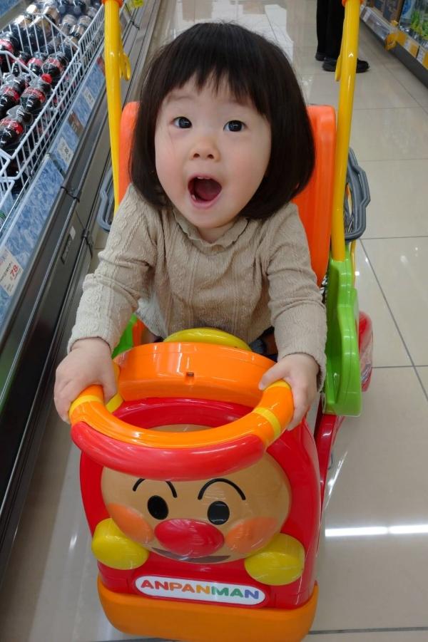 はじめてのスーパーのカート。なんとかわいらしい表情!乗り心地はいかが?!