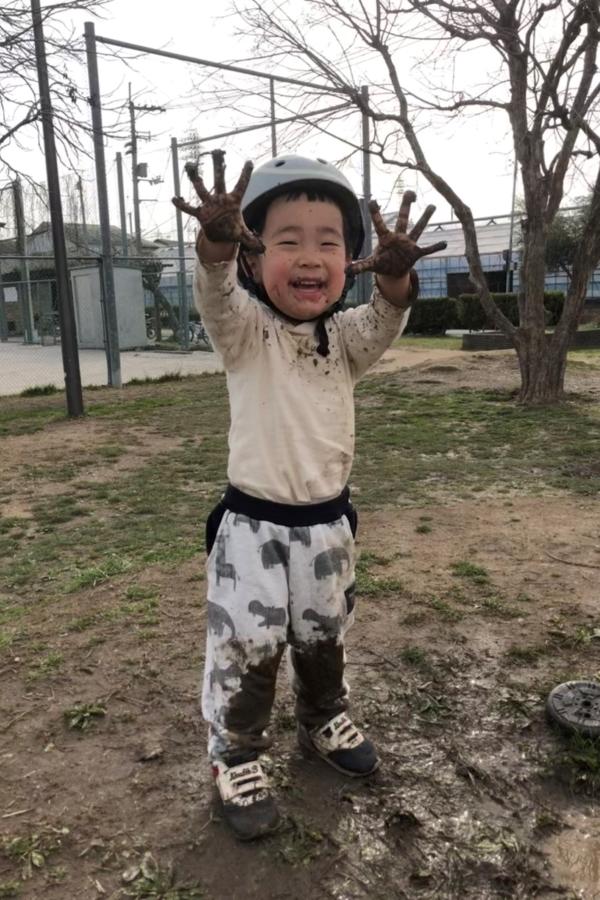 はじめての泥んこ遊び。この無邪気さが最高!これはお風呂に直行ですね