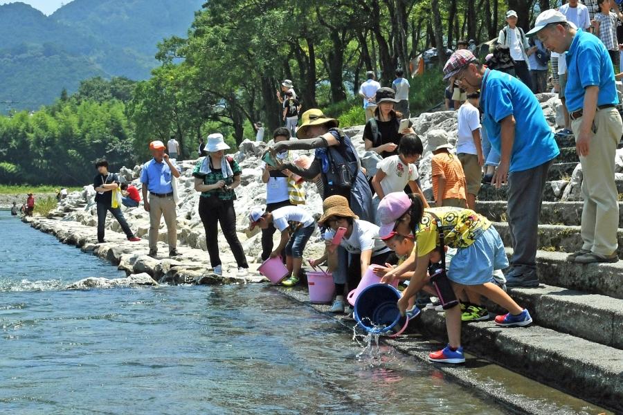 越知町宮の前公園で「仁淀川親子ふれあい交流体験」|川流れやアユの放流を体験しよう!