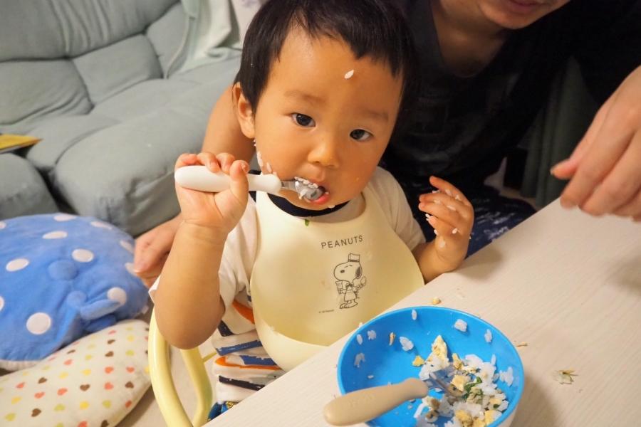 はじめてスプーンで食べたよ。ご飯まみれでもなんのその。頑張りましたね!