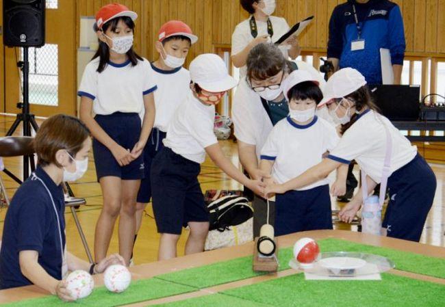〝バッティング〟に挑戦する中平優子さん=中央。ほかの児童が優しく手助けした(写真はいずれも須崎市浦ノ内東分の浦ノ内小)