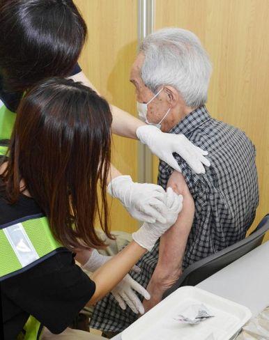 集団接種でワクチン注射を受ける高齢者ら(高知市の総合あんしんセンター)