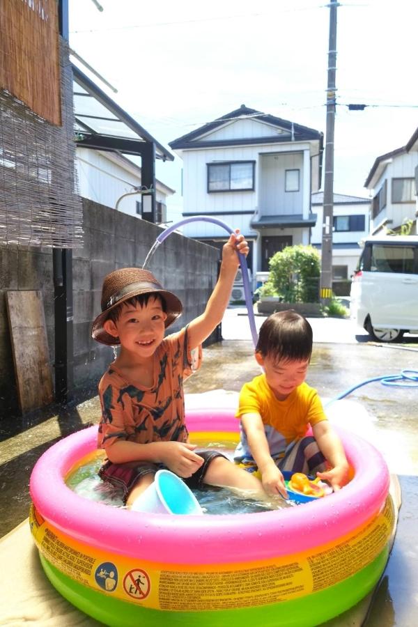 はじめてのお庭でプール。気持ちよさそうだね~楽しんでるね~びちゃびちゃだね~