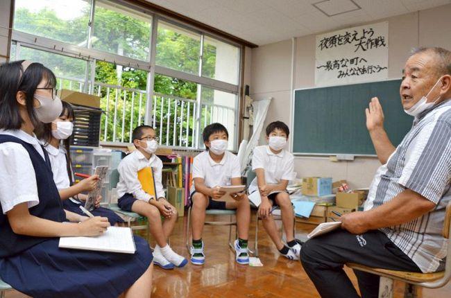 民生児童委員の話に耳を傾ける児童(香南市夜須町西山の夜須小学校)