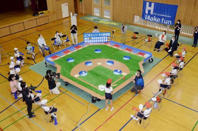 両翼5メートルの巨大野球盤に児童らも興奮