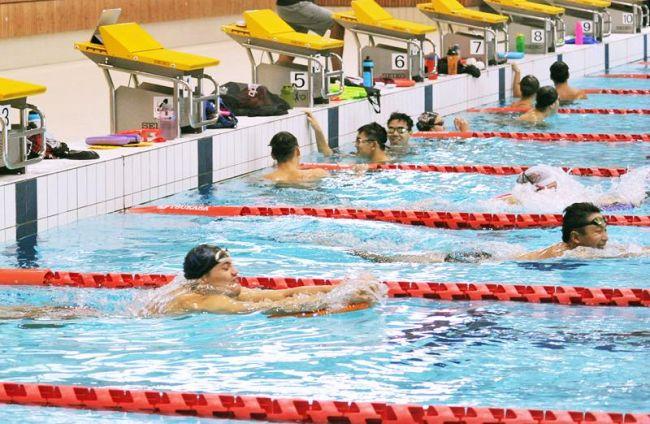 世界選手権に向けた調整で来高したシンガポールの水泳代表選手ら(2019年7月、高知市のくろしおアリーナ)