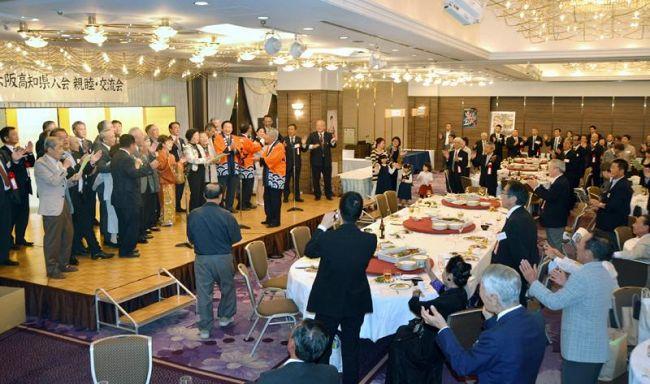 300人が参加した2015年の大阪高知県人会の交流会。毎回、「南国土佐を後にして」の合唱で締めくくるのが恒例だった(大阪市内のホテル)