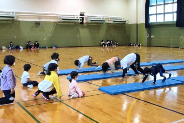 高知県立県民体育館で「小学生チャレンジスポーツ教室」|マット運動、ボール運動、縄跳びに挑戦!