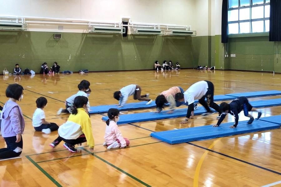 高知県立県民体育館で「小学生チャレンジスポーツ教室」|跳び箱、水泳、かけっこに挑戦!