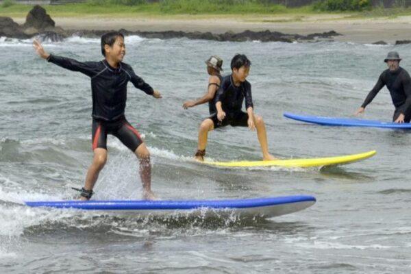 黒潮町の児童がサーフィンを楽しみました|週間高知の子どもニュース(2021年7月3~9日)